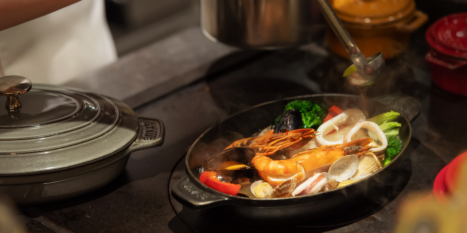 熱を通した食材にオイルを注ぐ場面